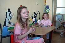 Malí pacienti si vyzdobují pokoje v nemocnici.