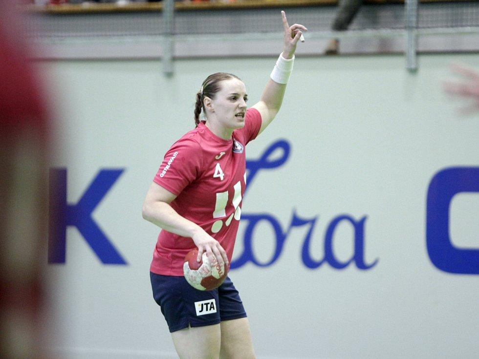Olomoucké házenkářky (v černém) porazily v prvním utkání série o bronz Porubu 26:21. Barbora Mýlková