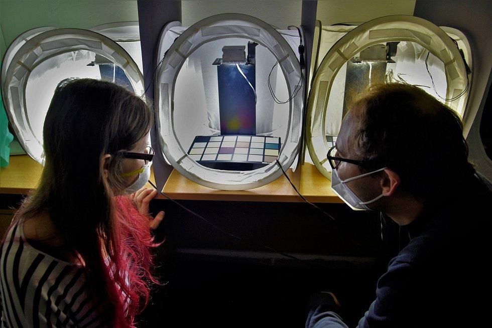 Výzkum Human Light Interaction Laboratory (HLI) spadající pod UP Olomouc. Kalibrované barevné tabulky. Vpravo je světlo nejslabší, vlevo září nejsilněji