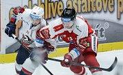Hokejové utkání Tipsport extraligy v ledním hokeji mezi HC Dynamo Pardubice (bílém) a HC Olomouc (v červeném) v pardubické ČSOB pojišťovna ARENA.