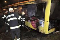 Hasiči zasahují u požáru autobusu v areálu DPMO v Hejčíně