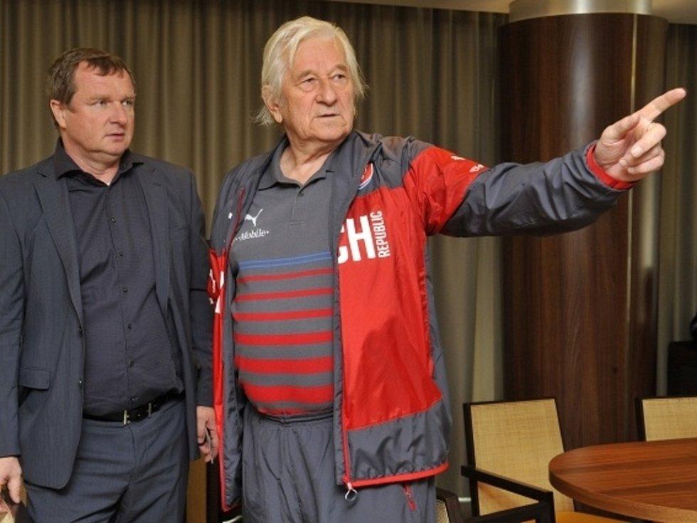 Tým české fotbalové reprezentace přicestoval 1. června do Olomouce, kde odehraje přátelské utkání s výběrem Rakouska. Na snímku trenér Pavel Vrba (vlevo) a Karel Brückner, nynější konzultant reprezentace a bývalý úspěšný kouč národního celku