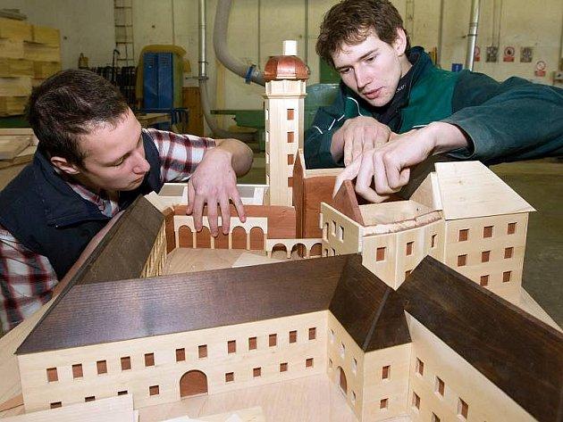 Studenti Střední řezbářské školy v Tovačově připravují haptický model zámku ve Velkých Losinách