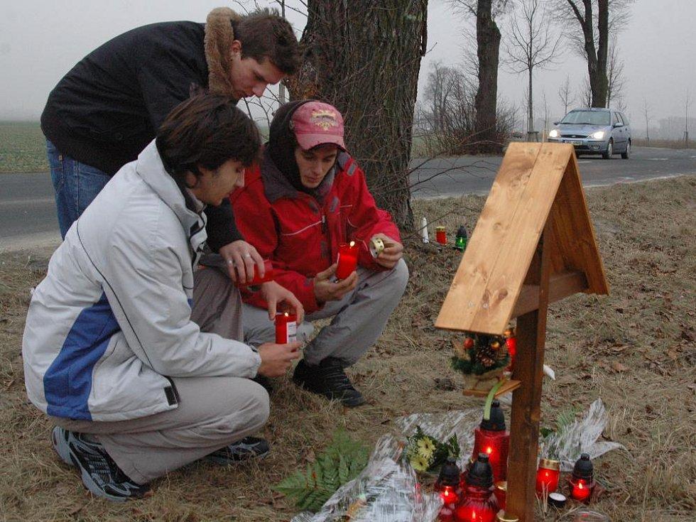 Lidé přinášejí svíčky k místu tragické havárie pod Svatým Kopečkem.