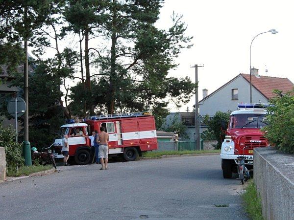 Dobrovolní hasiči odčerpávají vOlšanech vsobotu odpoledne znečištěnou vodu zřeky Blaty, kam unikla kejda ze Seničky.