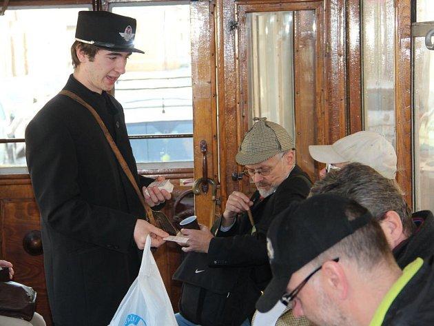 V historické tramvaji v Olomouci se před sobotní soutěží dýmkařů hojně kouřily doutníky