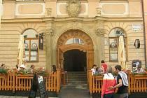 Současná restaurace U kejklíře na rohu Horního náměstí a Ztracené ulice