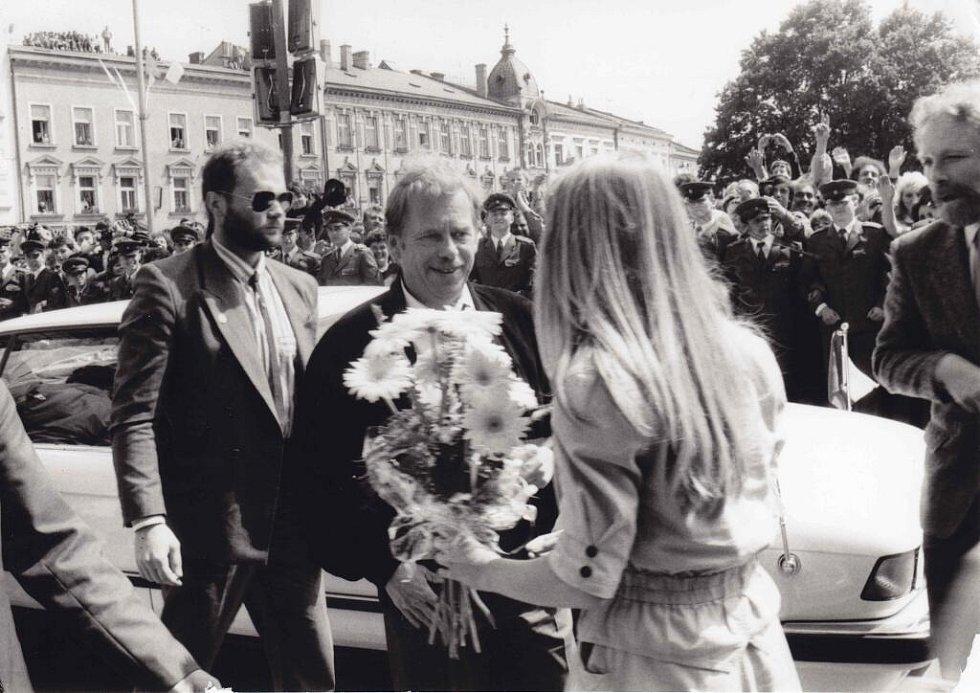 Přivítání Václava Havla na prostranství před prostějovskou radnicí v roce 1990
