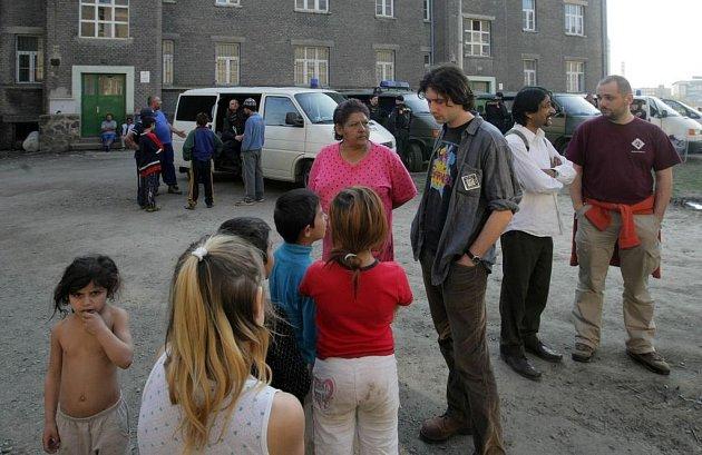 Pracovníci Člověka v tísni mezi Romy v Kojetínské ulici