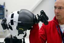 Nejmodernější zařízení pro noční vidění na přilbě pilota letecké záchranné služby.