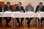 Zleva A. Staněk (ČSSD), M. Major (ODS), A. Jakubec (TOP09), Miroslav Marek (KSČM), M. Feranec (ANO), L. Šnevajs (KDU-ČSL). Předvolební 'Ďábelská debata' lídrů šesti stran pro komunální volby v Olomouci