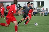 Fotbalisté Hněvotína (v tmavém) proti Šternberku