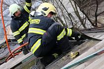 Hasiči zasahují při požáru ve střeše průmyslového objektu ve Šternberku