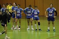 Olomoucké házenkářky (v modrém) prohrály s Mostem 22:30.