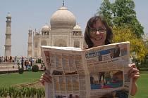 Fotografie s Olomouckým deníkem u Taj Mahalu