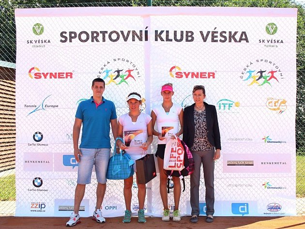 ITF Véska 2015 - Zleva Ondřej Perůtka (ředitel turnaje), Lea Romain, Tereza Procházková, Kateřina Dymanusová (vrchní rozhodčí)