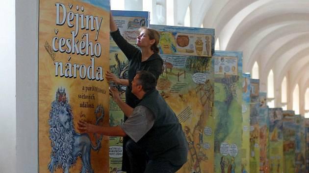 V Uměleckém centru Univerzity Palackého je od včerejška k vidění prokazatelně největší leporelo na světě. Instalovat ho přijela jeho autorka, spisovatelka a výtvarnice Lucie Seifertová.