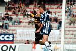 Oldřich Machala s gólmanem Petrem Pižanowským v zápase Sigmy se Spartou v květnu 1999