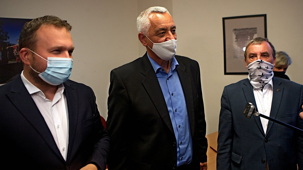 Zleva Marian Jurečka (Spojenci), Josef Suchánek (Piráti a Starostové) a Dalibor Horák (ODS). Podpis memoranda o nové koalici pro vedení Olomouckého kraje. 12. října 2020