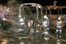 Vyhořelý autobus v areálu v Pavelkově ulici stojí vedle vozidla, které plameny zničily na stejném místě loni v prosinci.