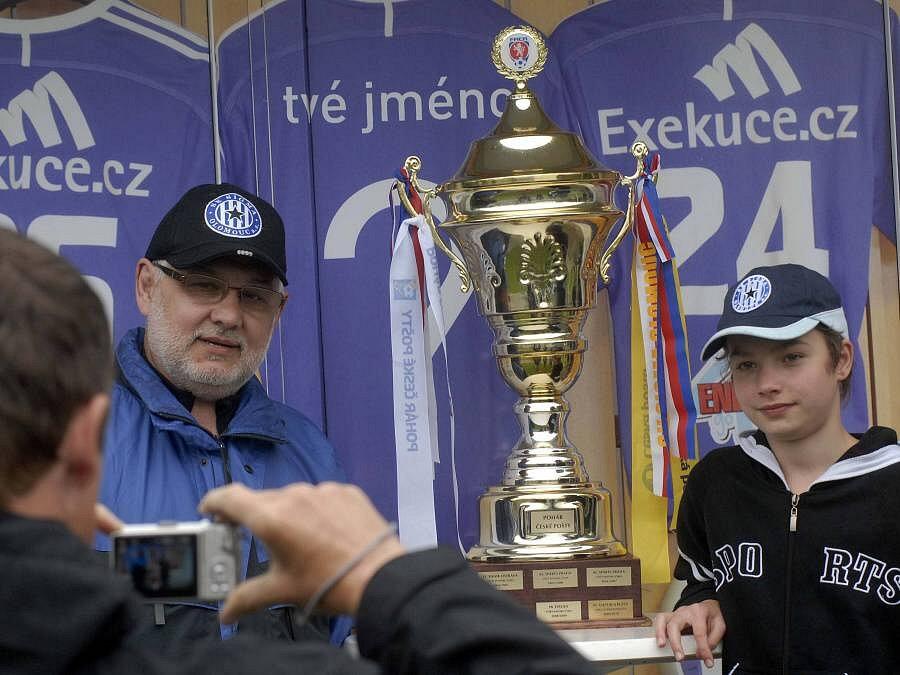 Fanoušci Sigmy se ještě před posledním zápasem sezony mohli vyfotit s pohárem