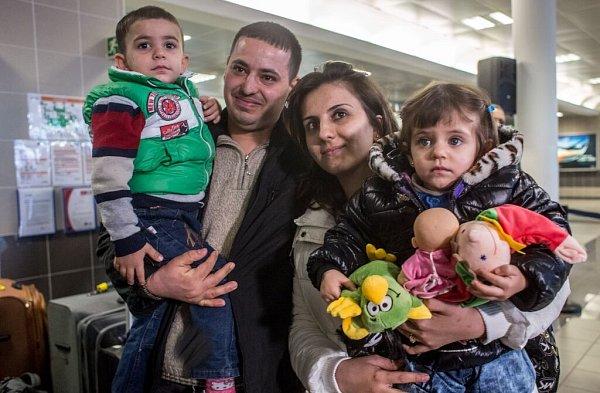 Rodina křesťanských uprchlíků zIráku po příletu do Prahy