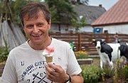 Václav Osička na své farmě Doubravský dvůr u Červenky se zmrzlinou z vlastního mléka