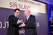 Předseda olomoucké organizace malého fotbalu Vojtěch Nehera (vpravo) přebírá ocenění za celoživotní práci ve funkcionářské oblasti z rukou Reného Pazdery, generálního sekretáře Asociace malého fotbalu České republiky.