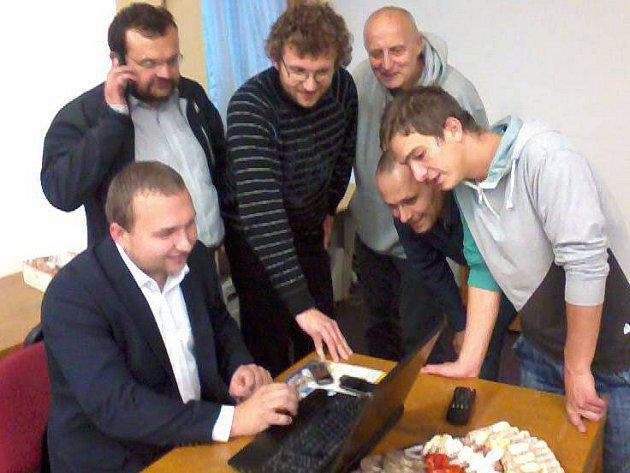 Lídr Koalice pro Olomoucký kraj Marian Jurečka (vlevo) ve volebním štábu