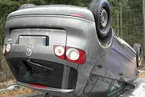 V Drahanovicích skončilo ve středu ráno auto na střeše.