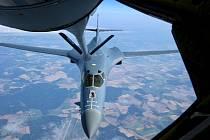 V rámci Ample Strike 2017 procvičovali piloti tankování za letu. Americký tanker KC-135 ve čtvrtek nad Českou republikou doplňoval palivem strategické bombardéry B-1. Schopnost tankování za letu mají i české gripeny. V průběhu cvičení Ample Strike se usku
