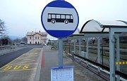 Část prostoru před vlakovým nádražím ve Šternberku prošla proměnou v roce 2011, vznikl tam nový autobusový terminál
