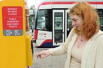 Nový jízdenkový automat umožňující platbu kartou na tramvajové zastávce v přednádražním prostoru v Olomouci
