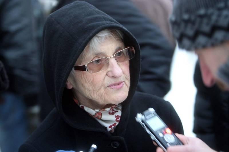 Zdena Mašínová na protikomunistické demonstraci na olomouckém Horním náměstí