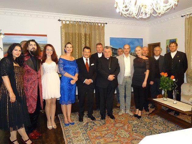 Kardinál Dominik Duka na výstavě v zámku Ořechov