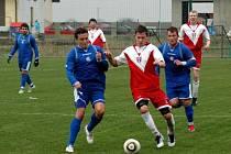 Fotbalisté Litovle (v modrém) remizovali v zápase 20. kola krajského přeboru v Hněvotíně 1:1.