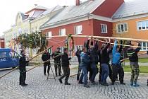 Pětadvacet metrů vysoká májka ozdobená pentlemi se tyčí na návsi v Příkazech na Olomoucku. Slavnostně ji v sobotu postavili místní dobrovolní hasiči. Součástí tradiční události bylo také vystoupení národopisného souboru Pantla a dětí z mateřské i základní