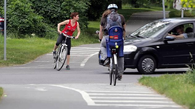 Křížení cyklostezky na Poděbrady a silnice v Hejčíně