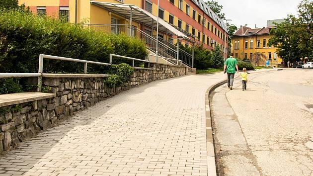Fakultka investovala do nových chodníků. Na snímku úsek u Psychiatrické kliniky.