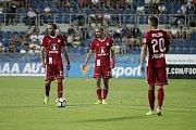 Olomoučtí fotbalisté (v červeném) remizovali se Slováckem 0:0Tomáš Zahradníček (vlevo) a Michal Vepřek