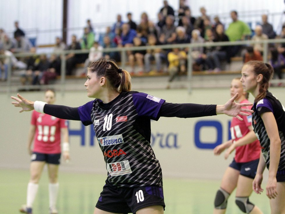 Olomoucké házenkářky (v černém) porazily v prvním utkání série o bronz Porubu 26:21. Martina Salčáková