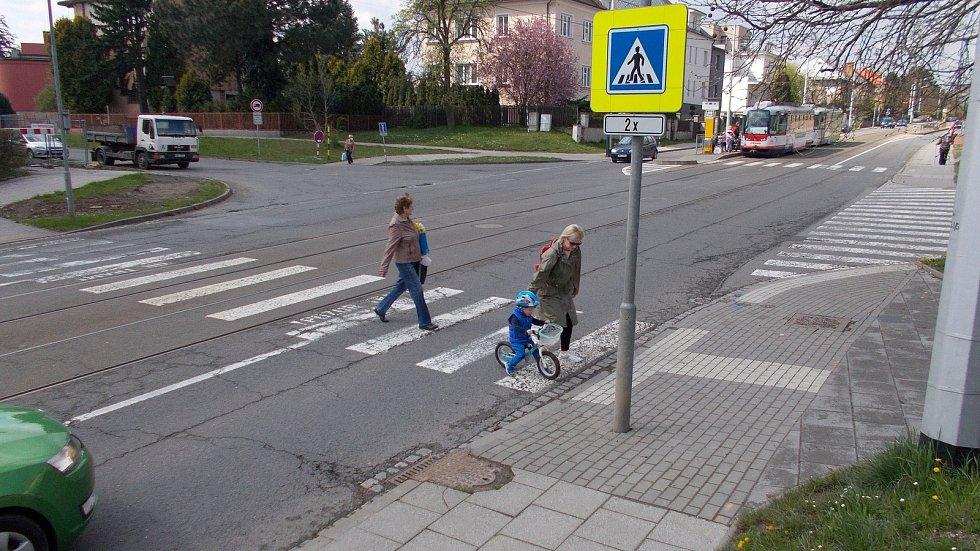 Křižovatka třídy Míru a Neředínské ulice v Olomouci. 30. dubna 2021. Křižovatka projde přestavbou