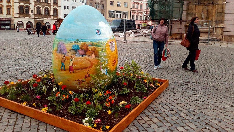 """Obří """"kraslice od srdce"""" na Horním náměstí v Olomouci."""