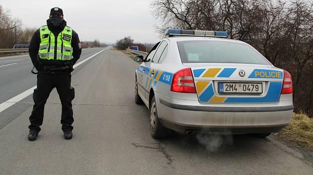 Policejní kontrola u sjezdu na dálnici u Horní Moštěnice, 1. března 2021