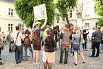 Další shromáždění namířené proti ministru financí Andreji Babišovi a prezidentu Miloši Zemanovi se konalo ve středu v podvečer na Žerotínově náměstí u kostela sv. Michala v Olomouci
