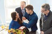 Prvním miminkem Olomouce roku 2019 je Josef Spurný. Rodičům přišel pogratulovat primátor Olomouce Mirek Žbánek společně s ředitelem Fakultní nemocnice Olomouc Romanem Havlíkem. Zdroj foto: FNOL