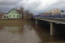 Vlivem deště a tání sněhu se o víkendu zvedla Morava v Moravičanech na 2. povodňový stupeň. V Olomouci-Chomoutově, kde lidé i motoristé sledovali stav na vodočtu u mostu, měla daleko do prvního, nejnižšího stupně povodňové aktivity.