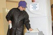 První lidé, kteří přišli v pátek odpoledne volit ve druhém kole senátních voleb na ZŠ sv. Voršily v Olomouci.