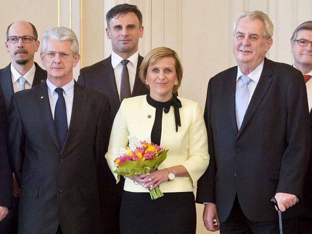 V popředí: prezident Miloš Zeman (vpravo), olomoucký hejtman Oto Košta (vlevo) a předsedkyně asociace krajů Jana Vildumetzová