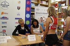 Michaela Hrubá a Šárka Kašpárková rozdávaly podpisy.